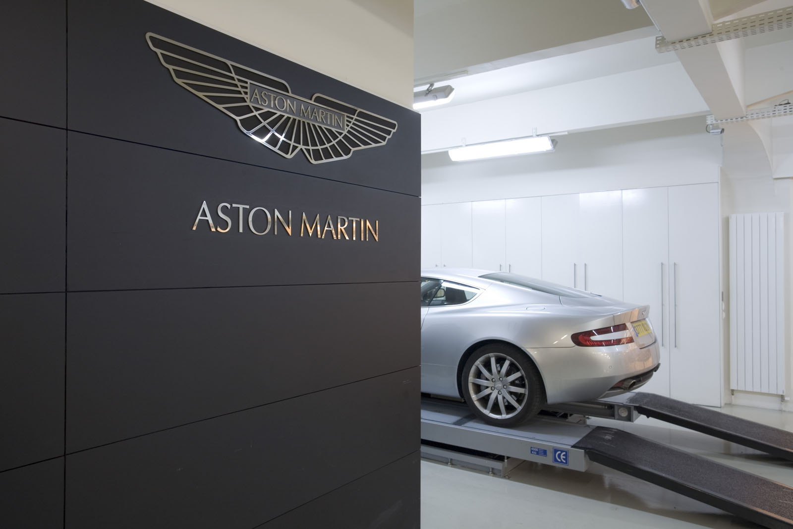 pr sentation de la soci t aston martin paris. Black Bedroom Furniture Sets. Home Design Ideas